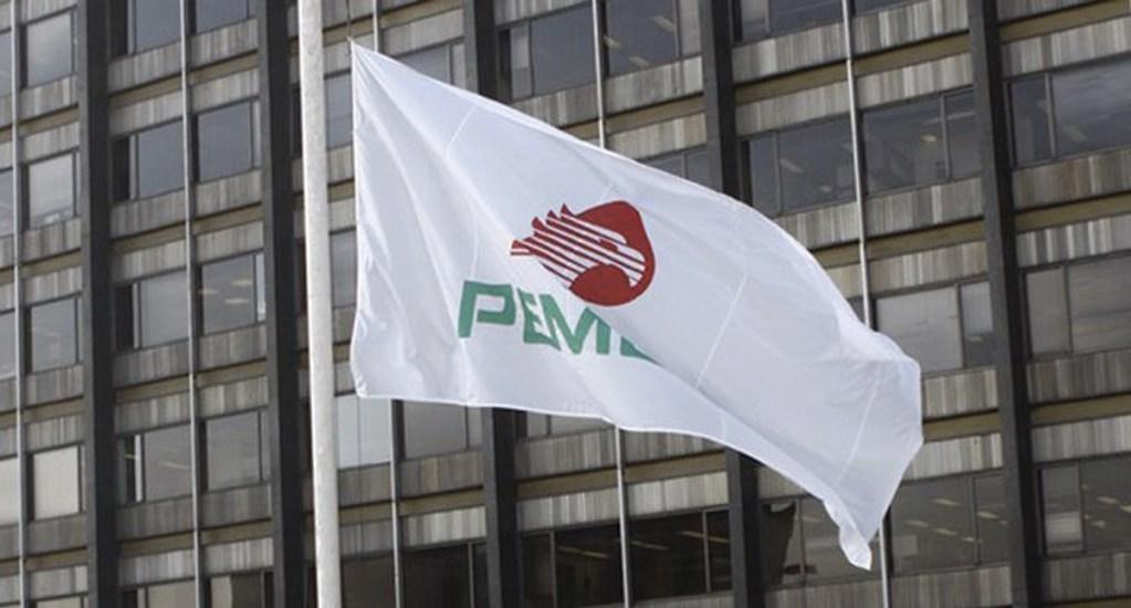 Mezcla mexicana cae 22.57 % y llega a los 14.54 dólares por barril - Bandera con la imagen de Pemex