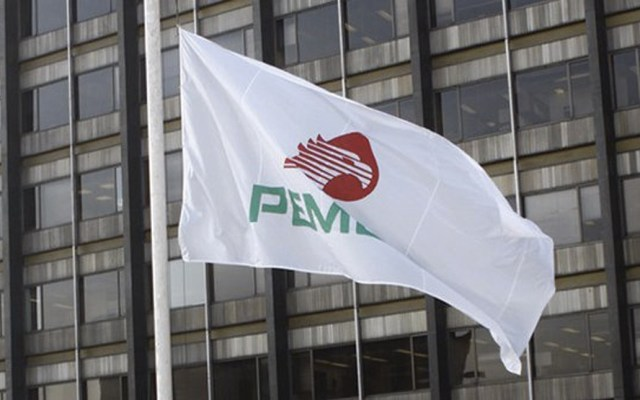 Inhabilitan por 10 años a funcionario de Pemex involucrado en Estafa Maestra - Bandera con la imagen de Pemex