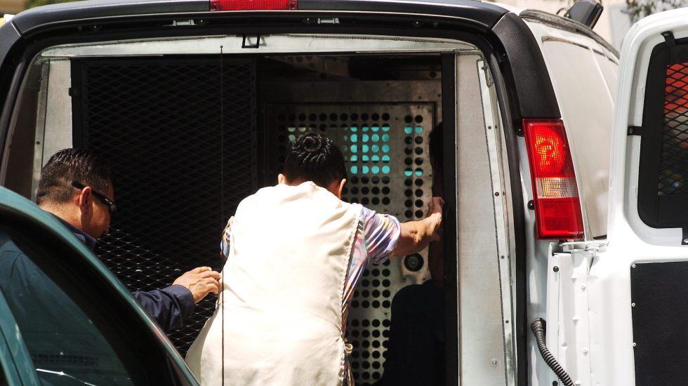 Redadas en Mississippi dejan 176 guatemaltecos detenidos - Agentes ICE en operativo en busca de migrantes en un hotel Estados Unidos. Foto de EFE/ Hicmar Falcón.