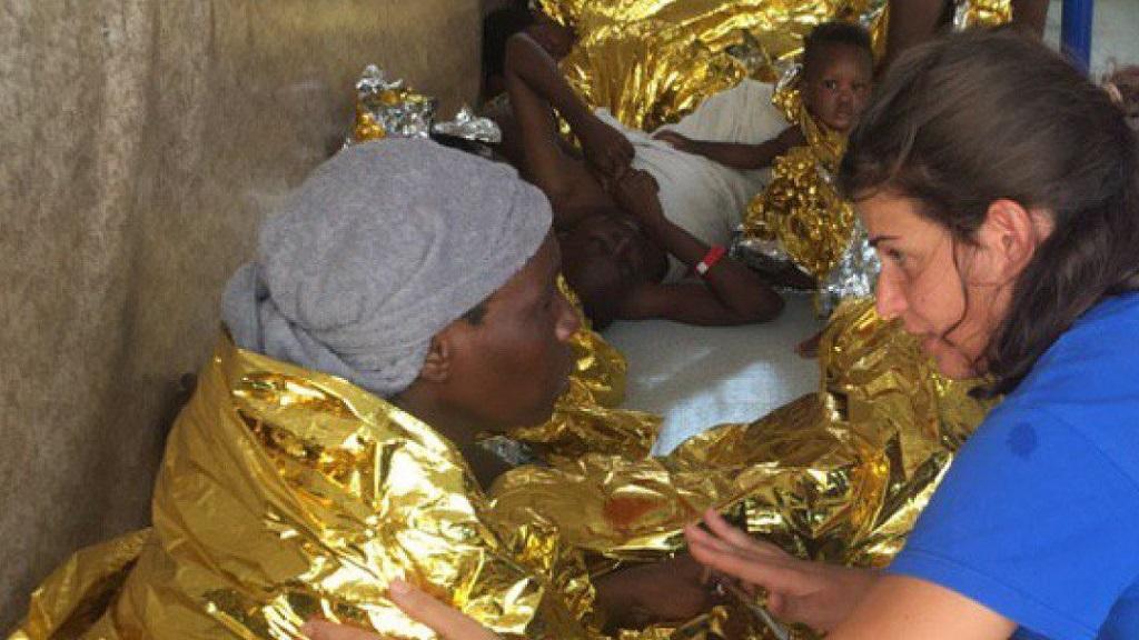 Rescatan a 98 migrantes de bote inflable a la deriva en el Mediterráneo - Rescate de migrantes. Foto de @RescueMed