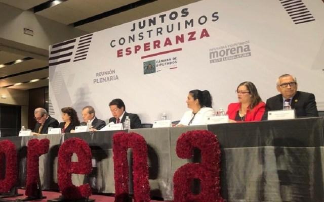 Morena debe dar ejemplo en reducción de presupuesto para partidos, afirma AMLO - Reunión plenaria de los diputados de Morena. Foto de @ALEIDAALAVEZ