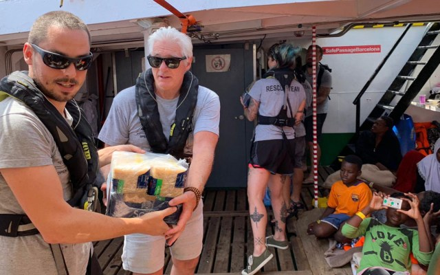 Richard Gere lleva víveres a migrantes a bordo del Open Arms - Richard Gere en el Open Arms. Foto de @openarms_fund
