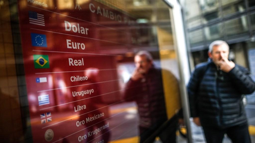Mercados siguen convulsionados tras primarias en Argentina - Tipos de cambio en Argentina. Foto de EFE