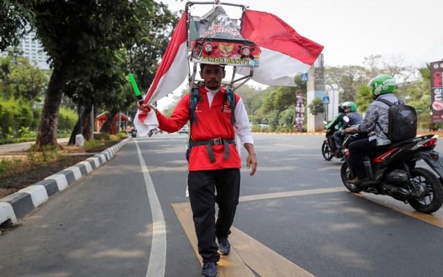 Indonesio camina casi 800 km para salvar un bosque - Un indonesio caminó hacia atrás casi 800 km para pedir por un bosque. Foto de EFE