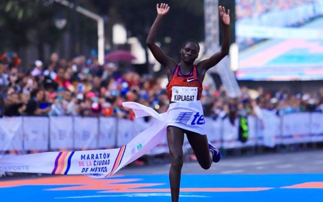 Keniatas dominaron el Maratón de la Ciudad de México - Vivian Kiplagat al cruzar la meta del Maratón de la Ciudad de México. Foto de @MaratonCDMX Maratón