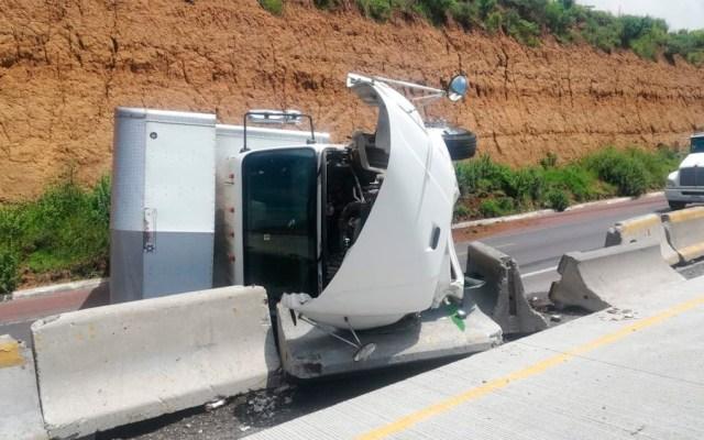 Vuelca camión en la Autopista Puebla-México - volcadura trailer mexico puebla