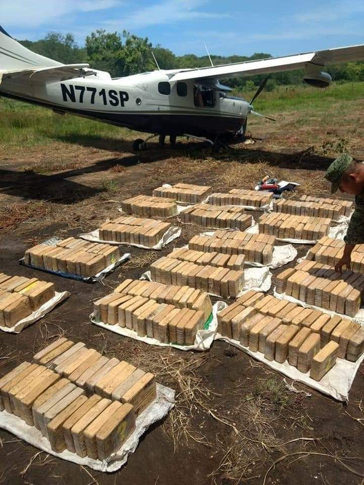 Aseguran avioneta con 450 kilos de cocaína en Pijijiapan, Chiapas.