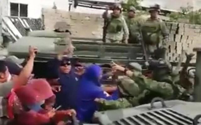 Suspenden clases en Acajete, Puebla tras agresión a militares - Momento en que militares fueron agredidos físicamente en Acajete, Puebla. Captura de pantalla