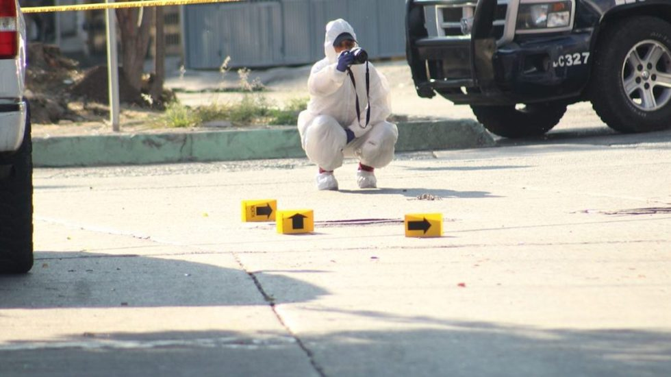 Suman 63 mil 622 homicidios dolosos en lo que va del sexenio de AMLO - Peritos trabajando en la zona de Antonio Barona, en Cuernavaca. Foto de @InformaBalancan