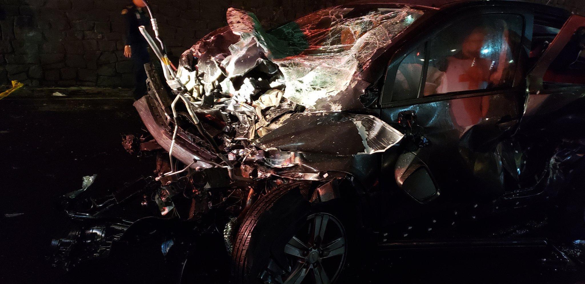 Un muerto y dos heridos tras caer auto del segundo piso de Periférico