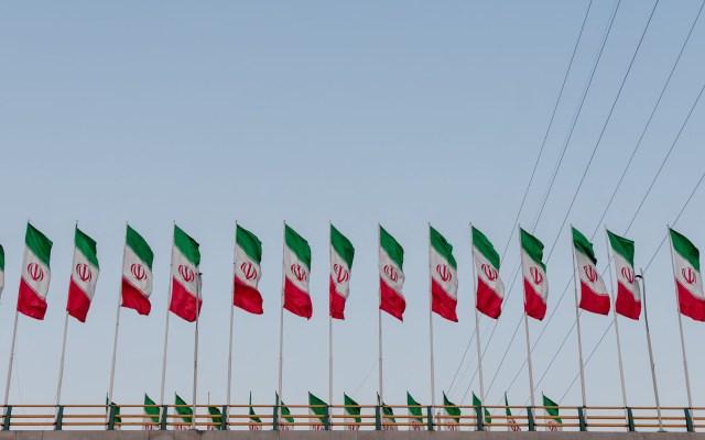 Irán descarta negociaciones con EE.UU. pese a escalada de tensiones - Banderas de Irán. Foto de Ashkan Forouzani / Unsplash