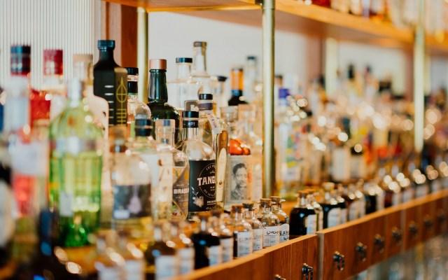 Descubren circuito cerebral que controla consumo de alcohol - Botellas de alcohol. Foto de Chuttersnap / Unsplash