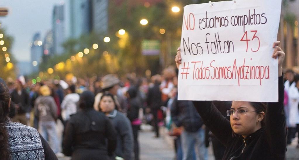 """Reconoce ONU """"cambio de rumbo"""" en investigaciones del caso Ayotzinapa - En la foto, una protesta por la desaparición de los 43 normalistas de Ayotzinapa. Foto de @ONUDHmexico"""