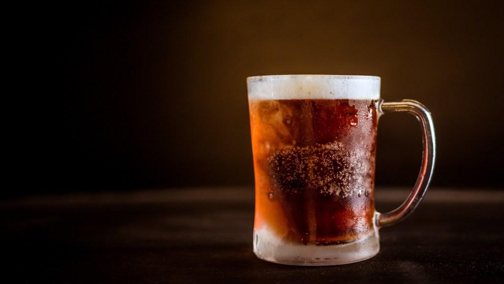 Cobran por error 67 mil dólares a hombre por una cerveza. Noticias en tiempo real