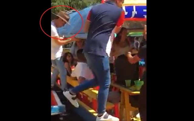 #Video Localizan cadáver de joven que cayó de trajinera en Xochimilco - Chema antes de caer de trajinera. Captura de pantalla