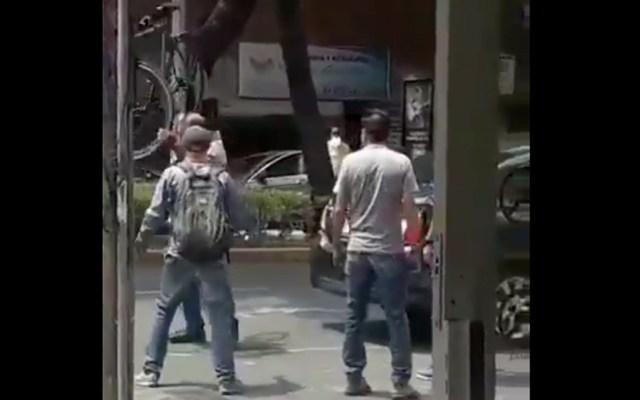 #Video Conductor agrede a ciclista en alcaldía Benito Juárez - Conductor agrede a ciclista