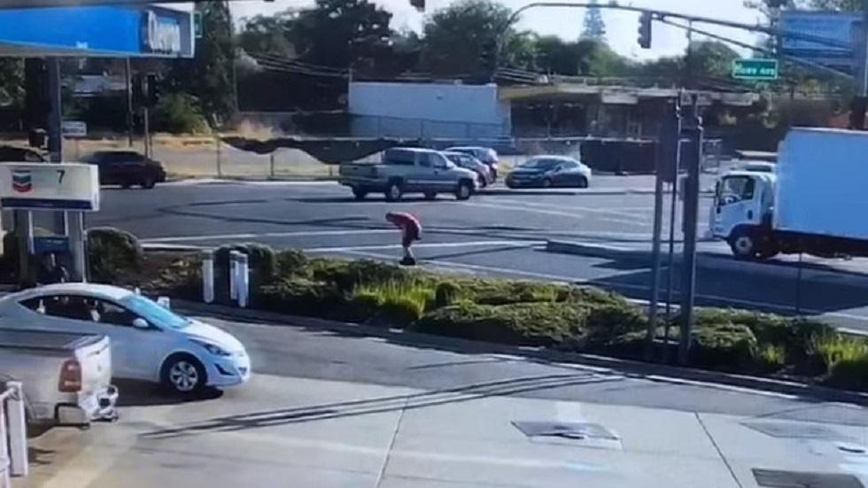 Conductor de camión levantándose de accidente. Captura de pantalla