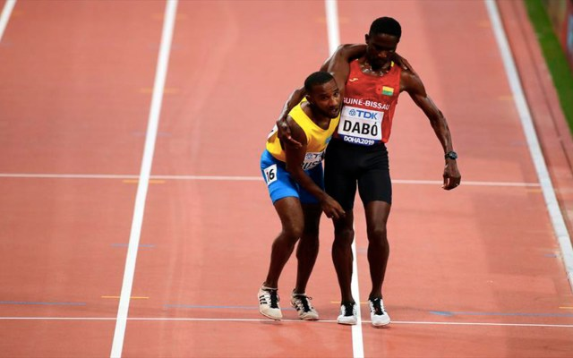 #Video Atleta ayuda a corredor a concluir la carrera en Doha - corredor ayuda a atleta a terminar la carrera