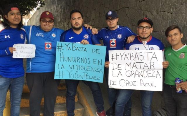 Dejen de matar la grandeza de Cruz Azul: aficionados en La Noria - Foto de @ricardocarino