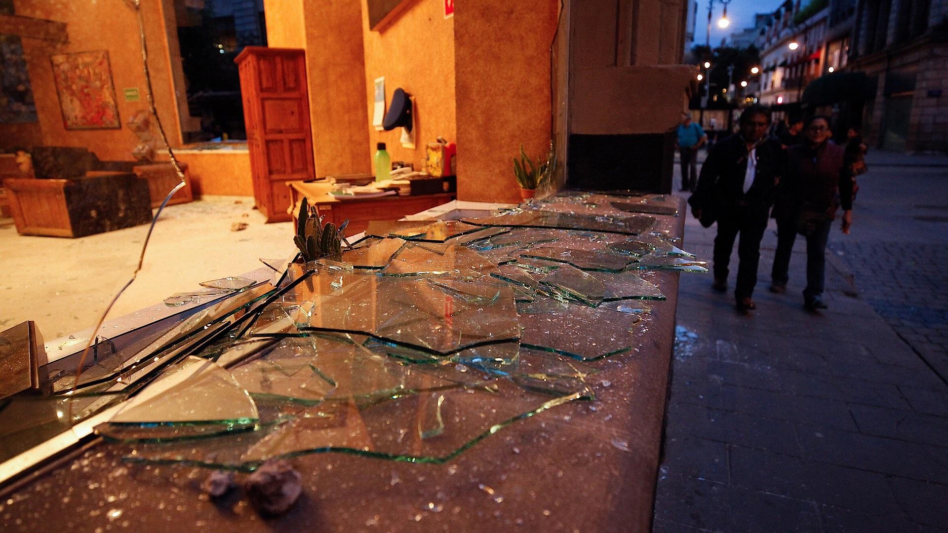 Pintas, basura y vidrios rotos fue el resultado de los actos vandálicos por parte de encapuchados durante la marcha de los 43 normalistas de Ayotzinapa, a cinco años de su desaparición. Foto de Notimex