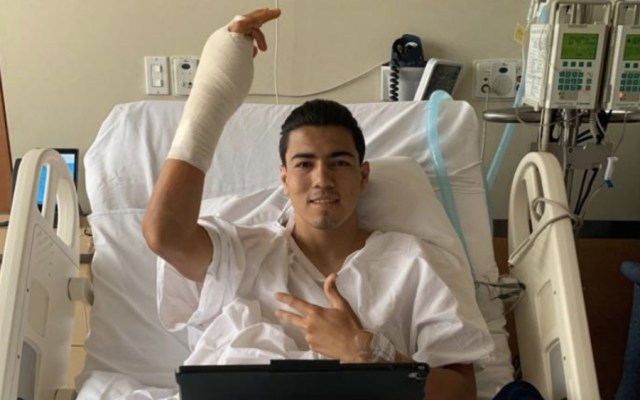 Operan con éxito a Erick Gutiérrez tras fractura en mano derecha - Foto de @GutiGalaviz
