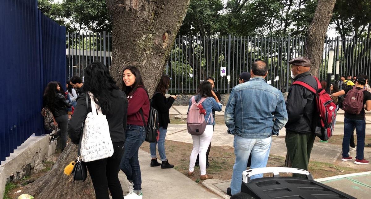 Estudiantes afuera de la Facultad de Ciencias Políticas de la UNAM. Foto de LDD