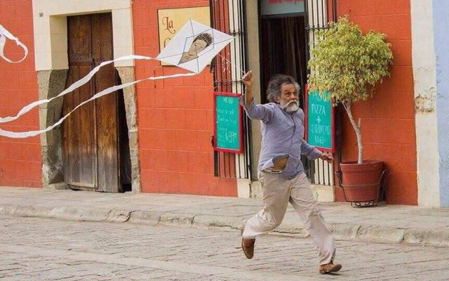 Papalotes al cielo; Oaxaca extraña a Francisco Toledo - Francisco Toledo volando papalote. Foto de @cultura_mx