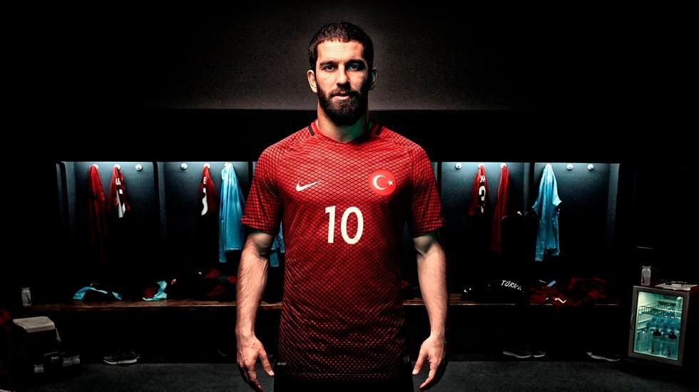 Sentencian a dos años de cárcel a Arda Turan - Futbolista Arda Turan con la playera de la selección turca. Foto de iamardaturan.com