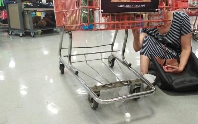 Persecución y balacera termina en supermercado de Monterrey - Gente dentro de supermercado. Foto de @Pac_om