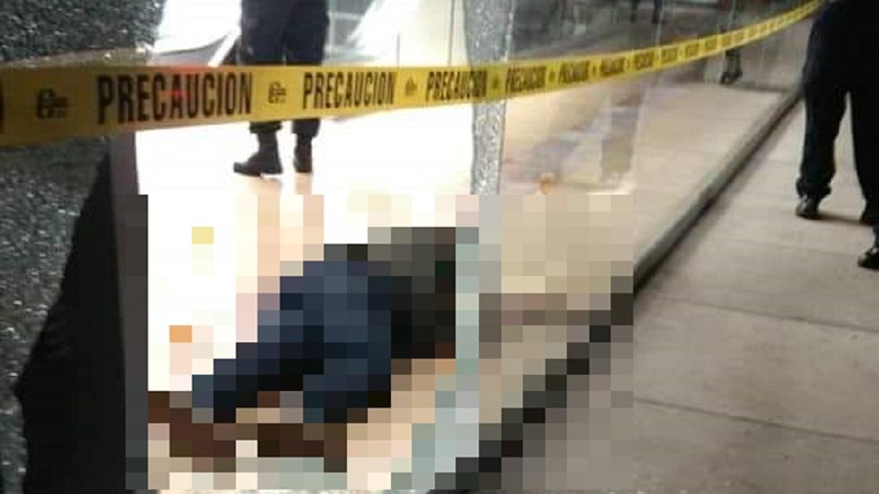 Hombre asesinado en plaza comercial de Morelos. Foto Especial