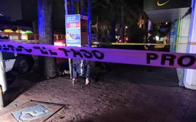 Hallan a hombre ahorcado en teléfono público de la colonia Roma Sur - Hombre muerto con cable de teléfono público en la colonia Roma Sur. Foto de @MrElDiablo8