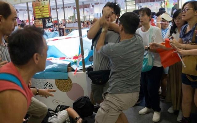 Enfrentamientos entre manifestantes en Hong Kong durante protestas - Enfrentamientos entre manifestantes en Hong Kong durante protestas