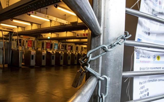 Caos en París por huelga masiva del transporte - Vista de una estación de metro solitaria durante la jornada de huelga de transporte público de del operador RATP, este viernes, en París (Francia), que afecta a más de diez líneas de metro. Foto de EFE/Ian Langsdon.