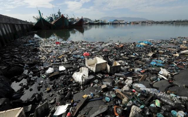 Indonesia es el segundo contaminante por plásticos del mundo - Residuos plásticos derivados de los utensilios del día a día flotan y se acumulan en las orillas del tradicional puerto de pesca de Lam Pulo, en la ciudad indonesia de Banda Aceh, este martes. Indonesia es el segundo mayor país más contaminante del mundo por plásticos. Cada año vierte en sus ríos y arroyos unas 200.000 toneladas de plásticos que después llegan a los océanos del mundo. Foto de EFE/Hotli Simanjuntak.