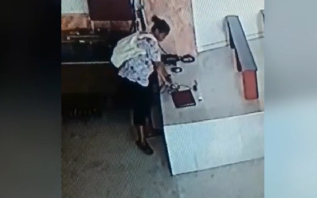 #Video Mujer roba una computadora en iglesia de Sinaloa - Ladrona de computadora en iglesia de Sinaloa. Captura de pantalla