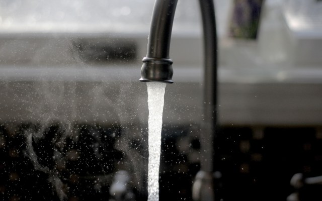 Colorado activa plan de emergencia por contaminación de agua - Llave del agua. Corte de agua