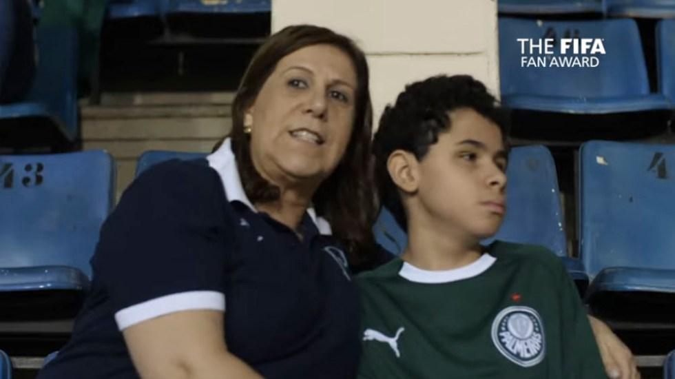 FIFA nomina a 'The Best' a mujer que narra partidos a su hijo invidente - madre hijo invidente fifa