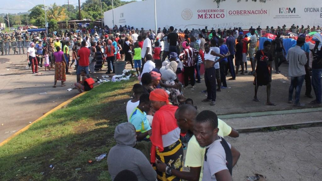 Migrantes de origen africano esperan ser recibidos por autoridades migratorias mexicanas. Foto de EFE/ Juan Manuel Blanco.