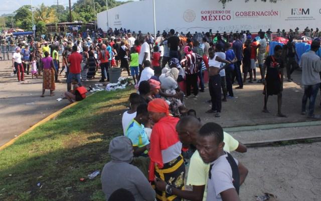 Acusan al INM de dejar en el limbo legal a ciudadanos africanos - Migrantes de origen africano esperan ser recibidos por autoridades migratorias mexicanas. Foto de EFE/ Juan Manuel Blanco.
