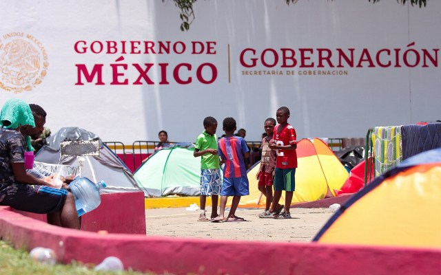 CNDH pide privilegiar a migrantes por encima de pactos comerciales - Migrantes afuera de estación Siglo XXI de Chiapas. Foto de Notimex