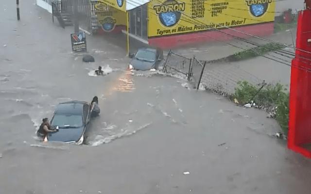 Encuentran cadáver de mujer que cayó en una alcantarilla de Culiacán, Sinaloa - El momento que mujer cae a alcantarilla en calle inundada de Culiacán (Captura de Pantalla)