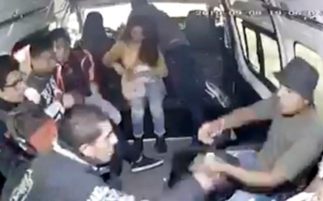 Usuarios del transporte público persiguen y detienen a asaltante en Edomex - pasajeros detienen a asaltante de transporte público en edomex