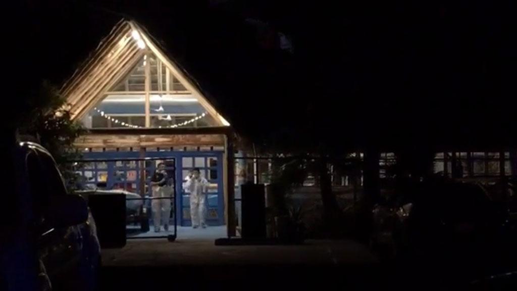 Asesinan a cuatro clientes en restaurante de mariscos de Ciudad Juárez - Peritos forenses en restaurante de mariscos acuario. Captura de pantalla / Diario de Juárez