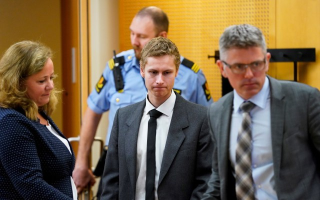 Prolongan prisión preventiva de tirador en mezquita de Noruega - Philip Manshaus en su primera presentación ante el juez. Foto de EFE