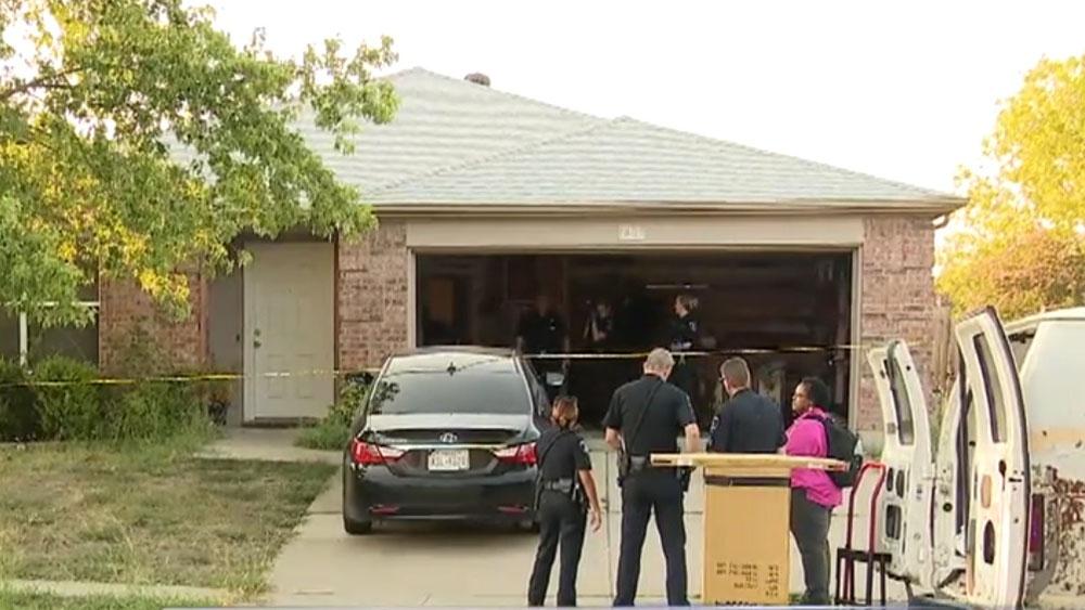 Niño de cinco años halla pistola en su casa y mata a su hermano menor - Policía en casa donde niño de cuatro años fue asesinado por su hermano mayor. Captura de pantalla / Fox 4 News