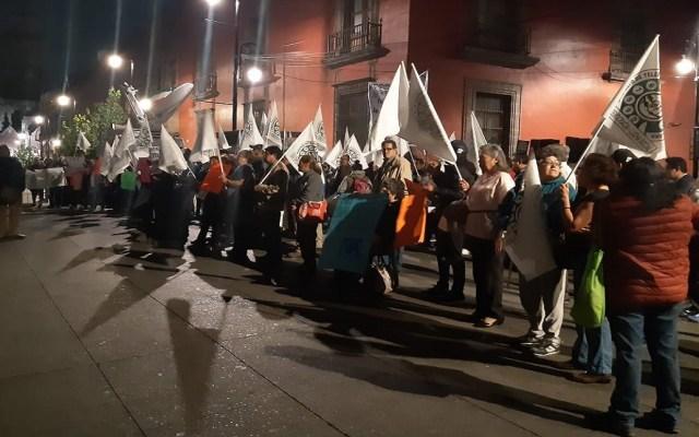 Telefonistas pensionados se manifiestan en Palacio Nacional - Protesta de telefonistas afuera de Palacio Nacional. Foto de @RSLCAS