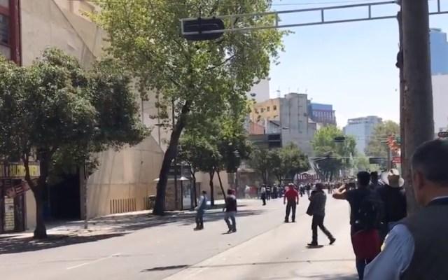 Se enfrentan grupos rivales del SME - Disidentes del SME lanzan bombas molotov y petardos a sede del sindicato. Captura de pantalla / @lazaroglzmx