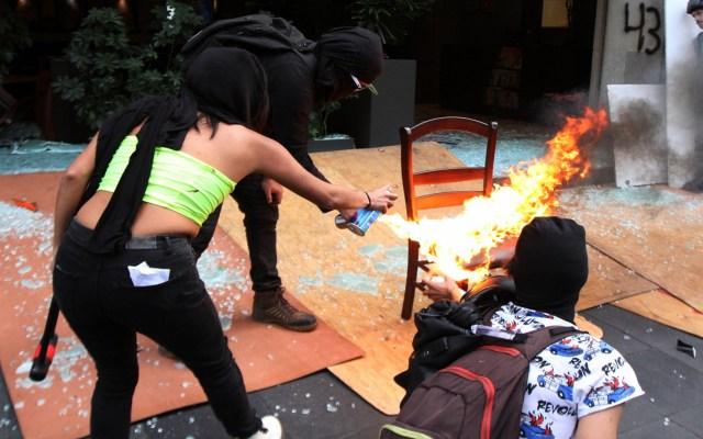 Daños provocados por anarquistas en la CDMX ascienden a 100 mdp: Canirac - Quema de silla de restaurante sobre Av. Juárez. Foto de Notimex