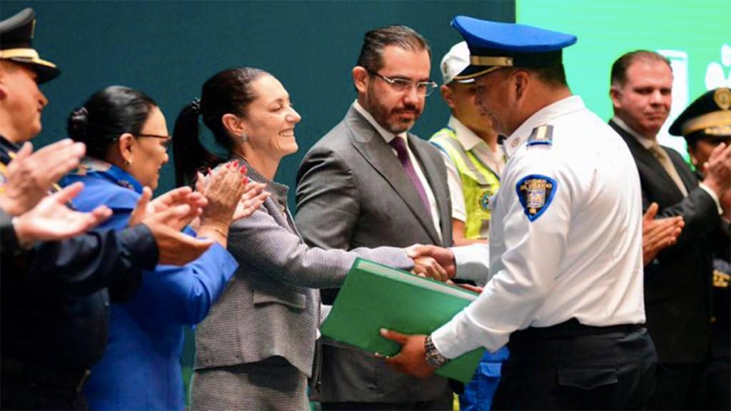 Reconocen a policía que detuvo a agresora en Artz Pedregal - reconocimiento policía del mes artz pedregal