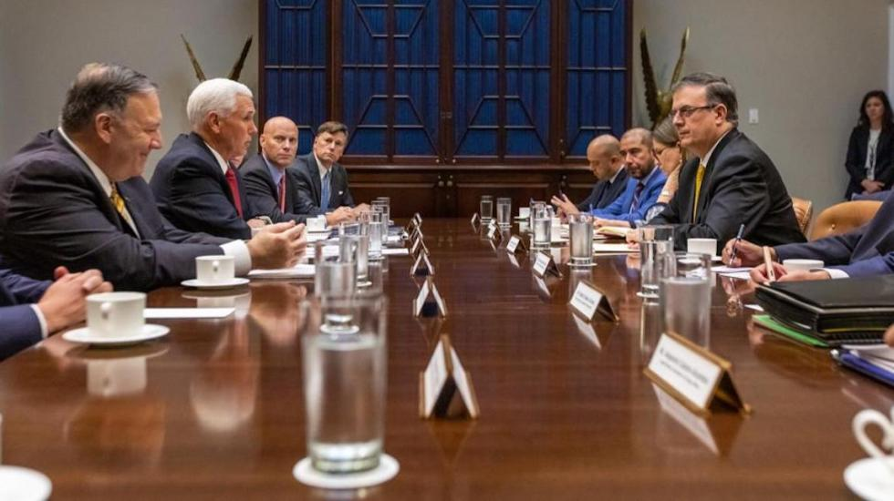 Inicia reunión Ebrard-Pence en la Casa Blanca - La delegación estadounidense (lado izquierdo), encabezada por Mike Pence, y la mexicana (lado derecho), encabezada por Marcelo Ebrard, en la Casa Blanca. Foto de LDD.